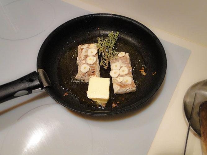 ajoutez le beurre, le thym et l'ail